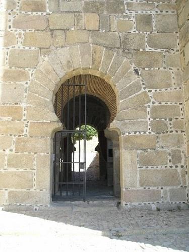 Entrada interior al Castillo musulman de Trujillo - Imagen cortesía de Wikipedia