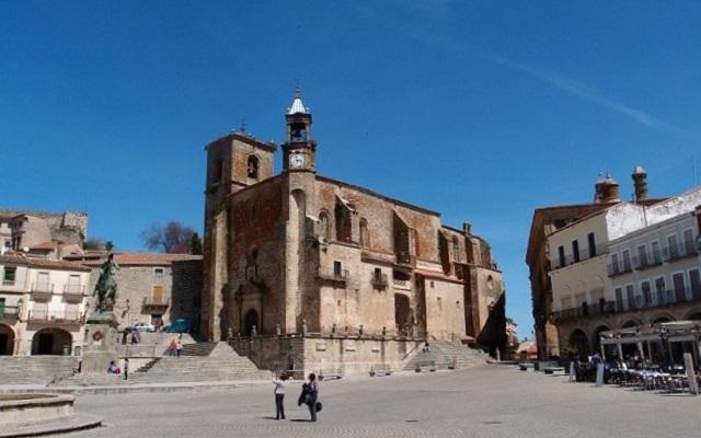 Iglesia de San Martín y escultura de Pizarro en Trujillo