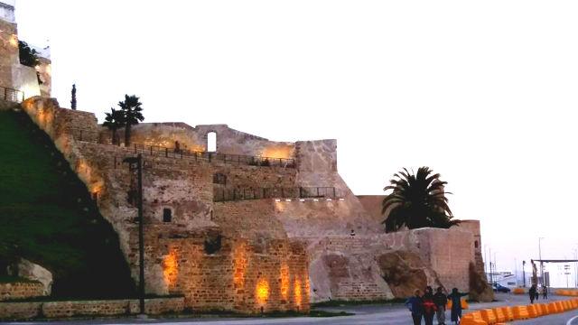 Ruinas antiguas mirando al mar en Tánger - Destino y Sabor