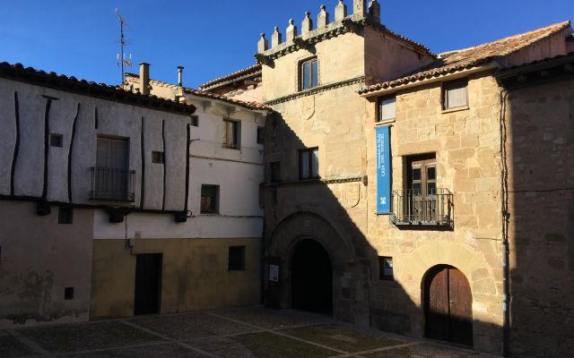 Fachada de la Casa del Doncel, actualmente edificio de la Universidad de Alcalá de Henares - Destino y Sabor