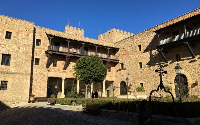 Patio interior y jardines del Castillo Palacio de Sigüenza - Destino y Sabor