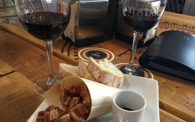 Tapa y vino en el almuerzo en el bar restaurante Atrio de Sigüenza - Destino y Sabor