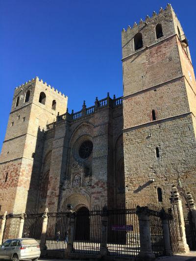 Portada con las dos torres campanario de la Catedral de Sigüenza - Destino y Sabor
