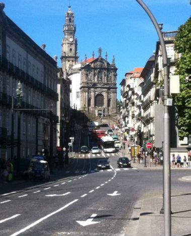 Iglesia de los Clérigos desde la Plaza de los Aliados, al día siguiente - Destino y Sabor