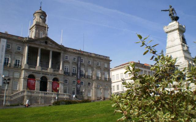 Escultura dedicada a D. Henrique y el Palacio de la Bolsa - Imagen de Viajar