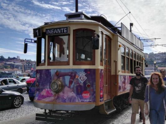 Tranvía funcionando por las calles de Oporto - Destino y Sabor