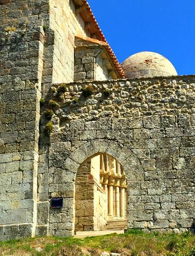 La entrada a la iglesia está protegida, o es un Porta Caeli - Destino y Sabor