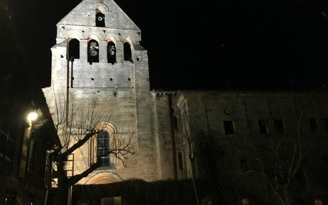 Impresionante la espadaña del monasterio de noche - Destino y Sabor