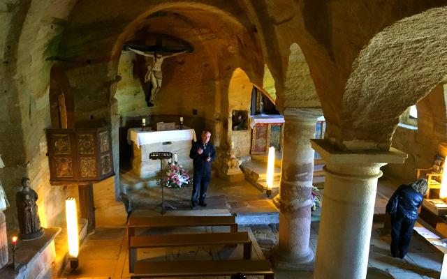 Interior de la iglesia rupestre de los Santos Justos y Pastor de Olleros de Pisuerga - Destino y Sabor
