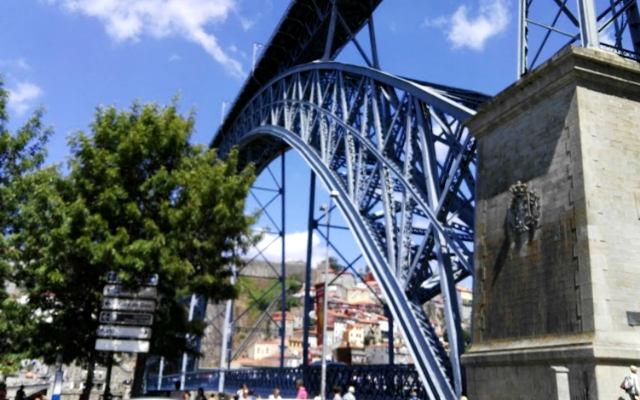Base del puente don Luis I en Oporto - Destino y Sabor
