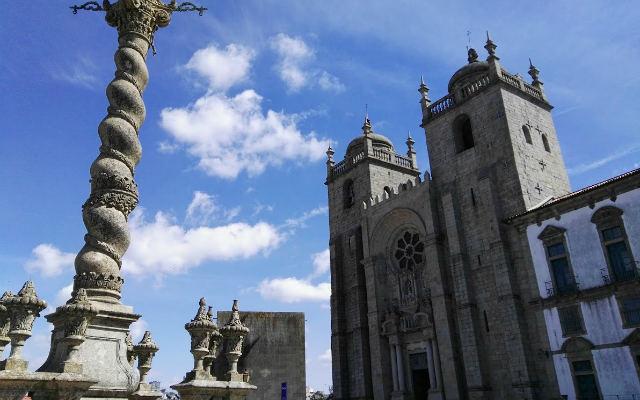 Crucero frente a la fachada principal de la Catedral de Oporto - Destino y Sabor