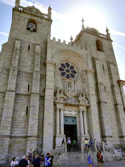 Fachada principal de la Catedral de Oporto - Destino y Sabor