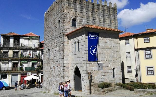 Oficina de Turismo de Oporto junto a la Catedral - Destino y Sabor