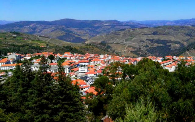Vista de Tabuaço desde El parque do lago - Destino y Sabor