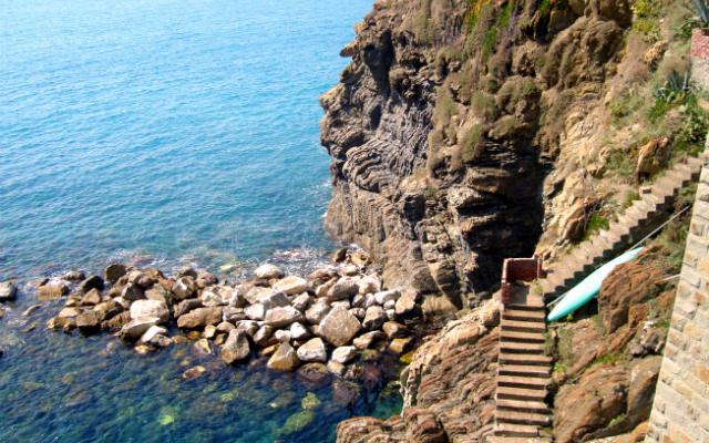 Bajada a las playas de cantos rodados y piedras entre Manarola y Corniglia - Destino y Sabor