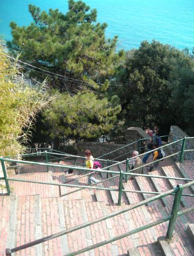 Escaleras de subida a Corniglia - Destino y Sabor