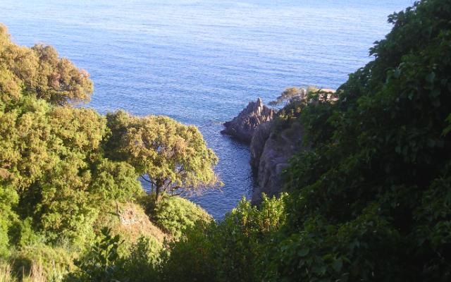 Vistas desde lo alto del sendero del mar - Destino y Sabor