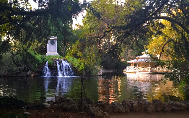 Lago con el monumento al Duque de Osuna y el embarcadero Casa de las Cañas - Destino y Sabor
