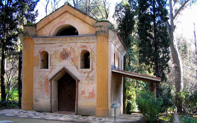 Ermita en el Parque del Capricho - Imagen de FuenteRebollo.com