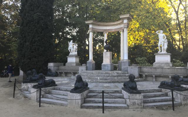 Exedra en la plaza de los emperadores - Destino y Sabor