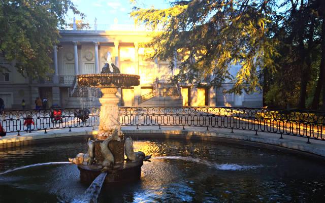 Palacete del Parque del Capricho y la Fuente de los delfines - Destino y Sabor