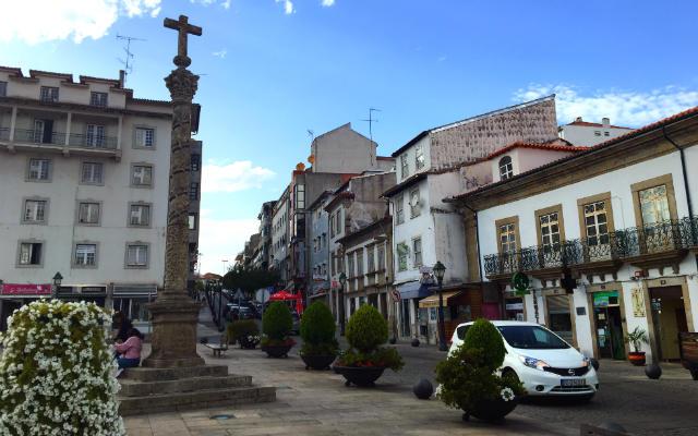 Crucero de la Plaza de la Catedral de Braganza - Destino y Sabor