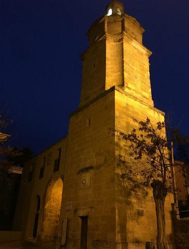 Torre del reloj junto a una de las antiguas puertas de Huete - Destino y Sabor