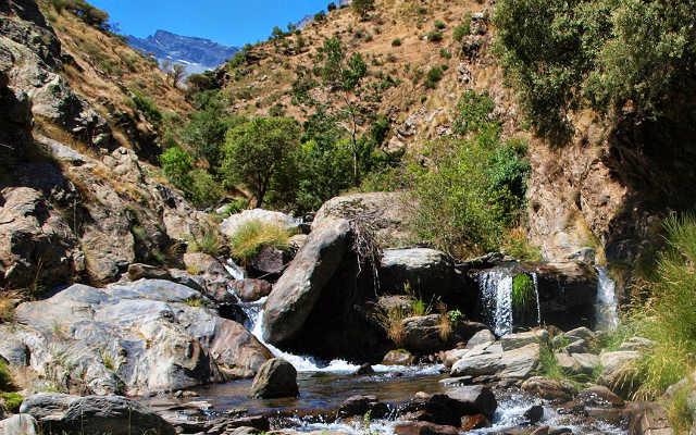 Sendero junto al cauce del río Guarnón, en la subida al Vereda Estrella - Imagen de Caminado por Sierras