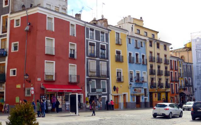 Casas de la plaza mayor de Cuenca - Destino y Sabor