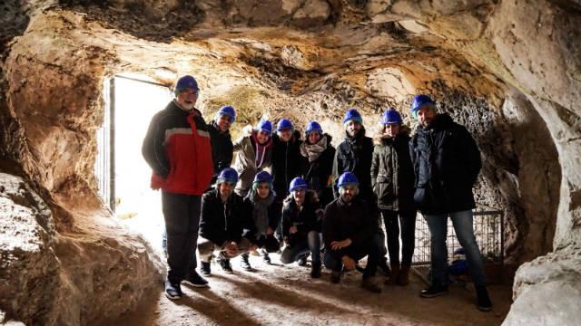 Grupo de viajeros de CyLTB en las minas - Imagen de El Lio de Abi
