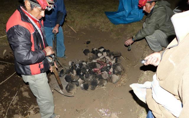 Cena al estilo indógenca, cocinando en un horno enterrado - Destino y Sabor