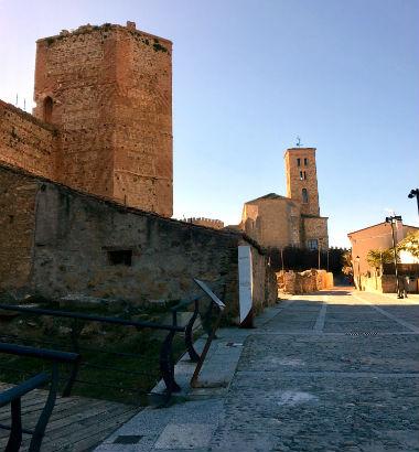 Torre del castillo de Buitrago, al fondo la iglesia de Santa María - Destino y Sabor