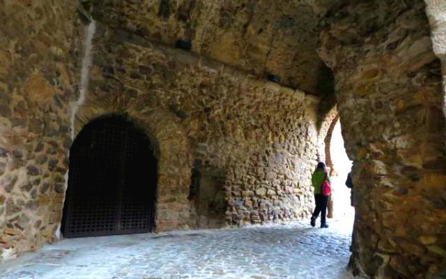 Entrada defensiva a Buitrago bajo la torre del reloj - Imagen de Planes con hijos