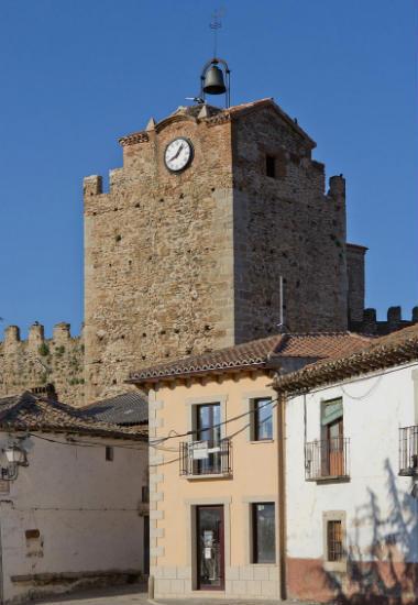 Torre del reloj de Buitrago, bajo ella se encuentra la puerta principal - Imagen de Wikipedia