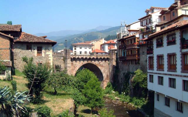 Puente sobre el río Quiviesa, en Potes - Destino y Sabor