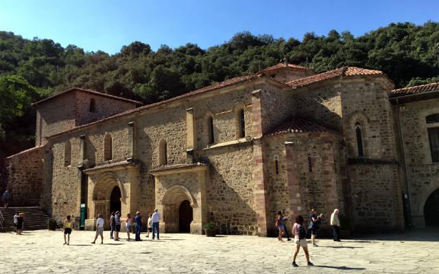 Lateral del Monasterio de Santo Toribio de Liébana - Destino y SaborLateral del Monasterio de Santo Toribio de Liébana - Destino y SaborLateral del Monasterio de Santo Toribio de Liébana - Destino y Sabor