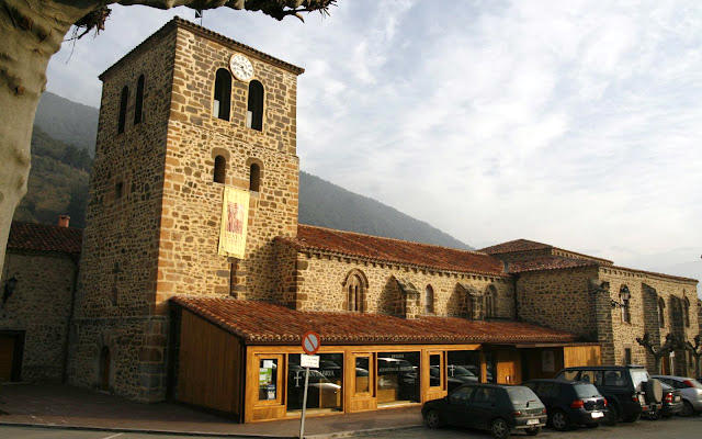 Iglesia antigua de San Vicente, actual Centro de Estudios Lebaniegos - Imagen de Turismo Cantabria