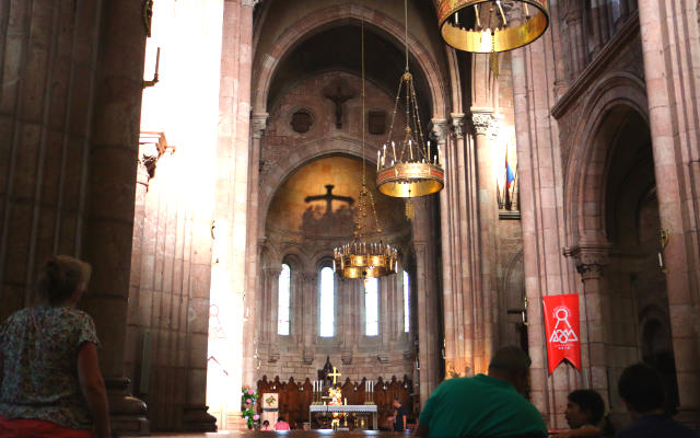 Interior de la basílica de Nuestra Señora de Covadonga - Destino y Sabor