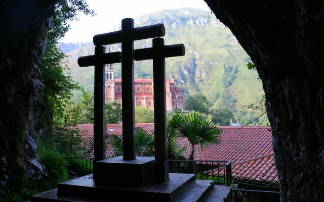 Apertura de la entrada a la Cueva Santa con vistas a la basílica - Destino y Sabor