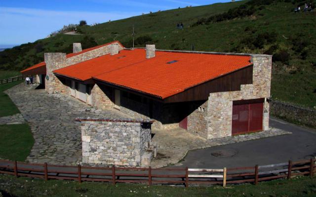 Centro de Visitantes del Parque Nacional de los Picos de Europa en Covadonga - Imagen de Asturias Mar y Montaña