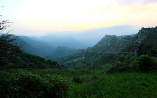 Subida a los lagos hay varios miradores hacia Covadonga - Destino y Sabor