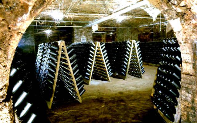 Cavas de vino usadas para la elaboración por el método tradicional de Cavas