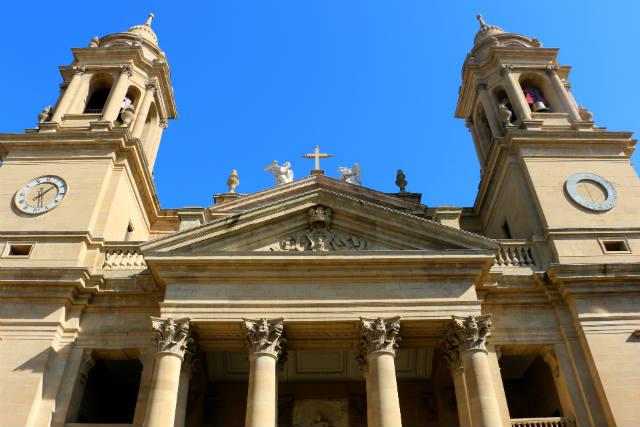 Fachada neoclásica de la Catedral de Pamplona - Destino y Sabor