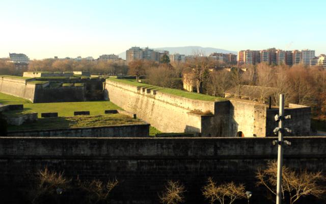 Baluartes de la Ciudadela de Pamplona desde lo alto de Centro de Congreso El Baluarte - Destino y Sabor