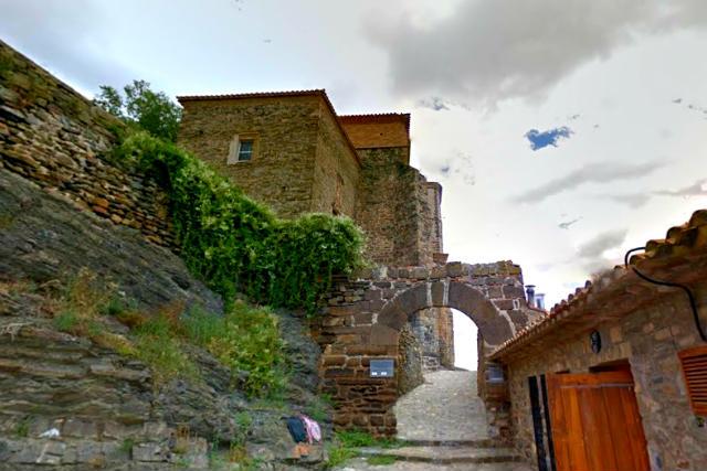 Entrada a la Iglesia de San Pedro de Cornago - Destino y Sabor