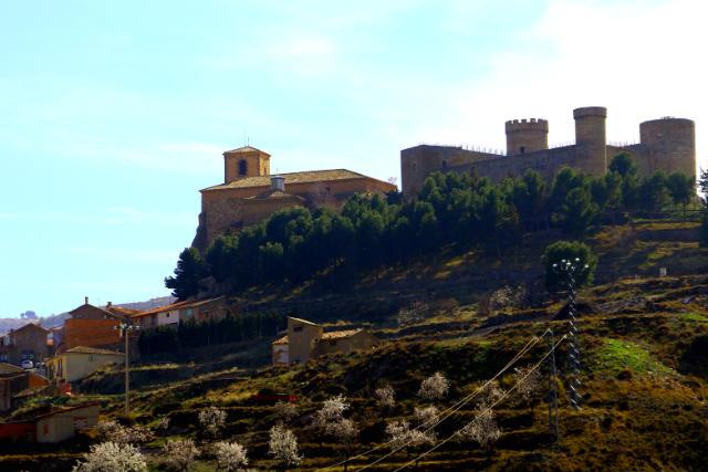 Llegando a Cornago, con su castillo y su iglesia - Destino y Sabor