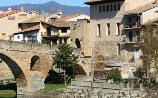 Final del paseo ajardinado junto al Puente Románico - Destino y Sabor