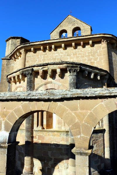 Arcos del claustro exterior, del ábside y espadaña de Santa María de Eunate - Destino y Sabor