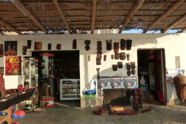 Puestos de artesanías en el Paseo marítimo de Paracas - Destino y Sabor