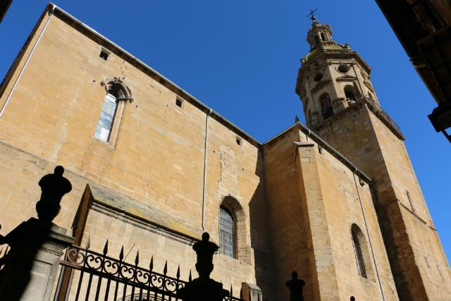 Exterior de la Iglesia de Santiago de Puente la Reina - Destino y Sabor
